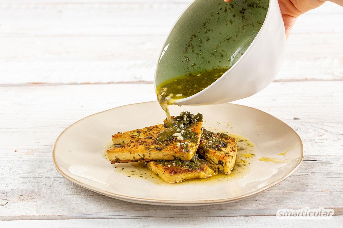 Wer Tofu marinieren möchte, kann damit die langweiligen, ungewürzte Sojablöcke in echte Leckerbissen verwandeln. Hier findest du passende Rezepte, nicht nur für den Grill!