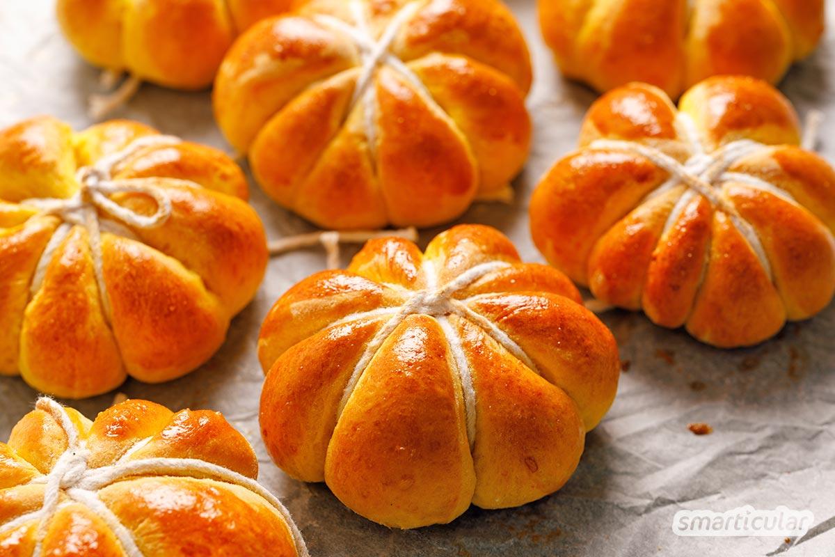 Halloweenkürbis essen statt wegwerfen! Hier findest du Tipps und Rezepte, um Kerne und Kürbisfleisch zu leckeren Gerichten und Snacks zu verarbeiten.