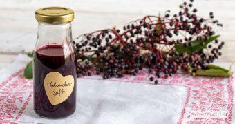 Holundersaft selber zu machen, ist nicht schwer. Der vitalstoffreiche, zuckerfreie Trunk stärkt die Immunabwehr und lindert Erkältungskrankheiten.