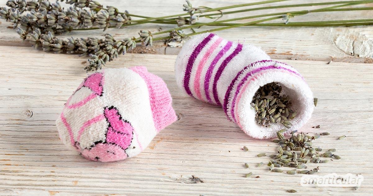 Ein Lavendelkissen mit Lavendelfüllung hält Motten fern und hilft beim Einschlafen. Mit einer Socke lässt sich ein Duftkissen ohne Nähen einfach selber machen.