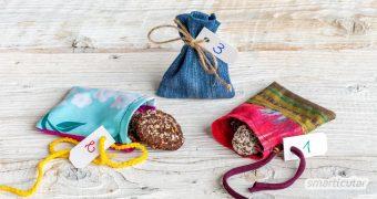 Einen wiederverwendbaren Adventskalender zu nähen, ist überhaupt nicht schwer: Nähe einfach kleine Adventskalender-Säckchen aus bunten Stoffresten!