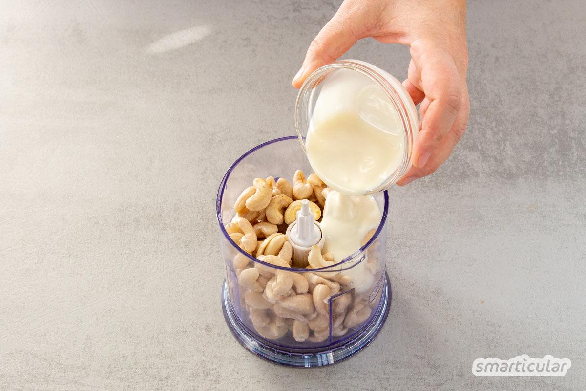 Eine vegane Mascarpone lässt sich aus wenigen Zutaten einfach selber machen - zum Beispiel für ein köstliches Tiramisu oder andere veganisierte Klassiker.