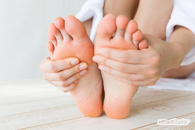 Kalte Füße stören Wohlbefinden und Schlaf. Mit diesen Tipps und Hausmitteln bekommst du Eisfüße wieder warm und kannst etwas gegen die Ursachen tun.