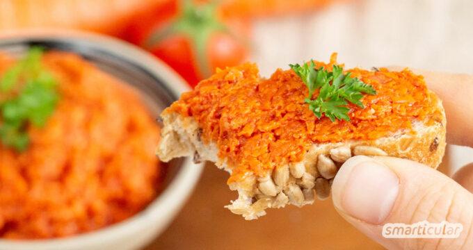 Ein fruchtiger Möhren-Tomaten-Aufstrich lässt sich im Handumdrehen aus wenigen Zutaten selber machen - besser als ein Fertigprodukt.