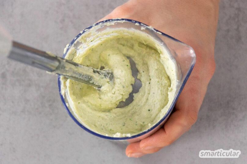 Bei diesem Cashew-Frischkäse wird mit einfachen Zutaten eine echte Milchsäuregärung in Gang gesetzt, die ihm den charakteristischen Käsegeschmack verleiht.