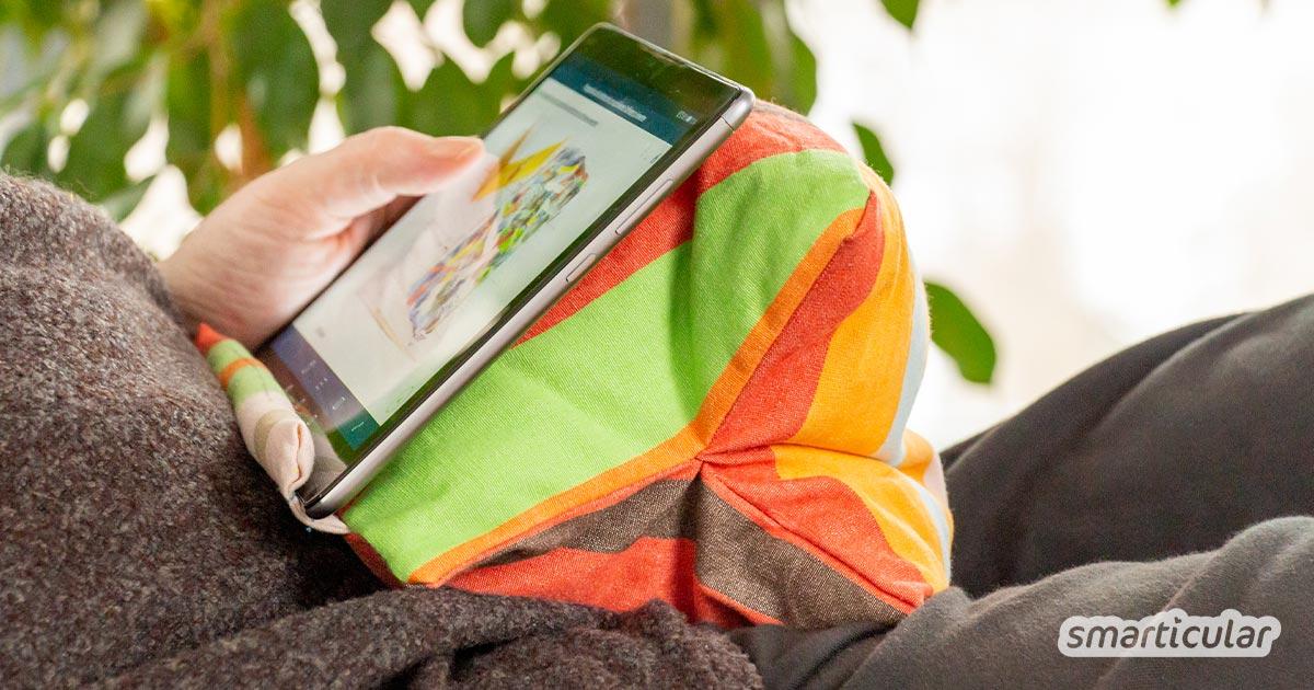 Ein Tablet-Kissen zu nähen, ist nicht schwer. Dafür werden nur ein paar Stoffreste und Füllstoff benötigt. So surft es sich gleich bequemer auf dem Sofa!