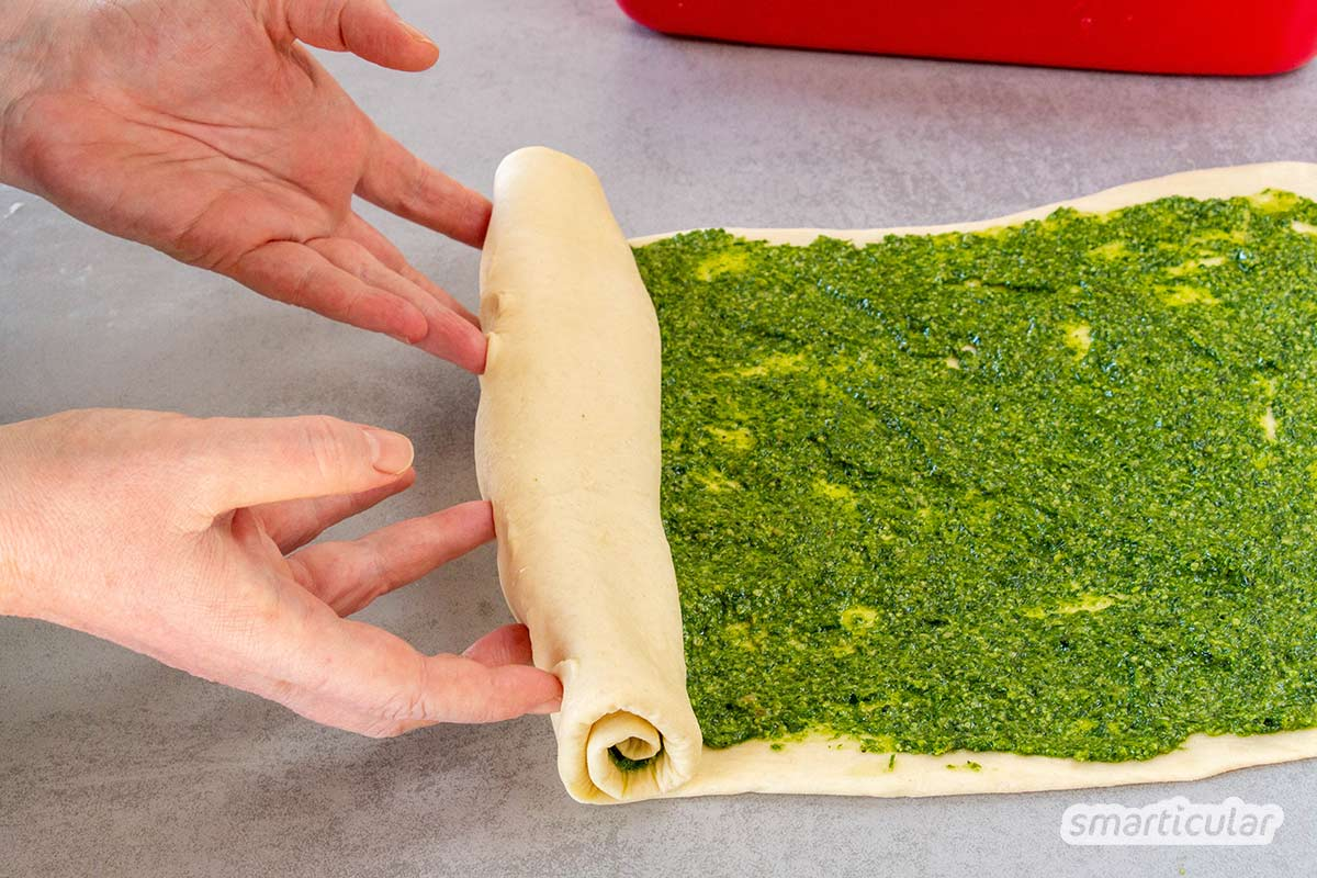 Mit diesem Bärlauchbrot-Rezept lässt sich das Frühlingskraut zu einem köstlichen Hingucker verarbeiten. Im Glas gebacken, ist es außerdem lange haltbar.