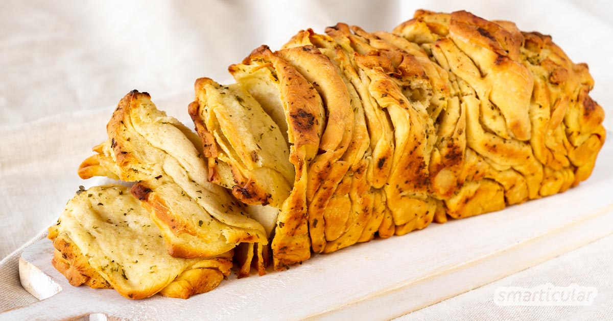 Ein herzhaftes Faltenbrot mit Kräutern ist die ideale Alternative zum Fertig-Baguette. Die Scheiben lassen sich mit den Händen einfach abzupfen und warm oder kalt genießen.