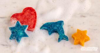 Seife selber zu machen mit Kindern, ist mit dieser Methode ganz einfach: Die Seifenstücke werden aus Seifenflocken und Wasser geformt und auf Wunsch eingefärbt und beduftet.