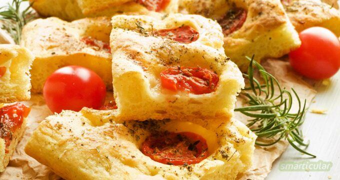 Focaccia lässt sich mit wenigen Zutaten selber backen und je nach Geschmack mit saisonalen Zutaten verfeinern. Ein einfaches Rezept findest du hier.