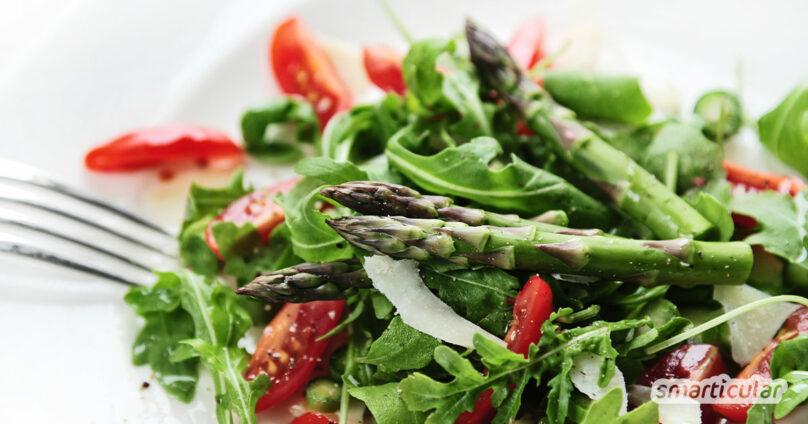 Der gesunde Spargel lässt sich sehr einfach und mit wenigen Zutaten in einen köstlichen Spargelsalat verwandeln, ganz ohne Kochen.