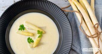 Spargelcremesuppe gehört zu den beliebtesten Spargelgerichten. Sie lässt sich einfach und sogar vegan zubereiten, und auch die Schalen werden verwendet.