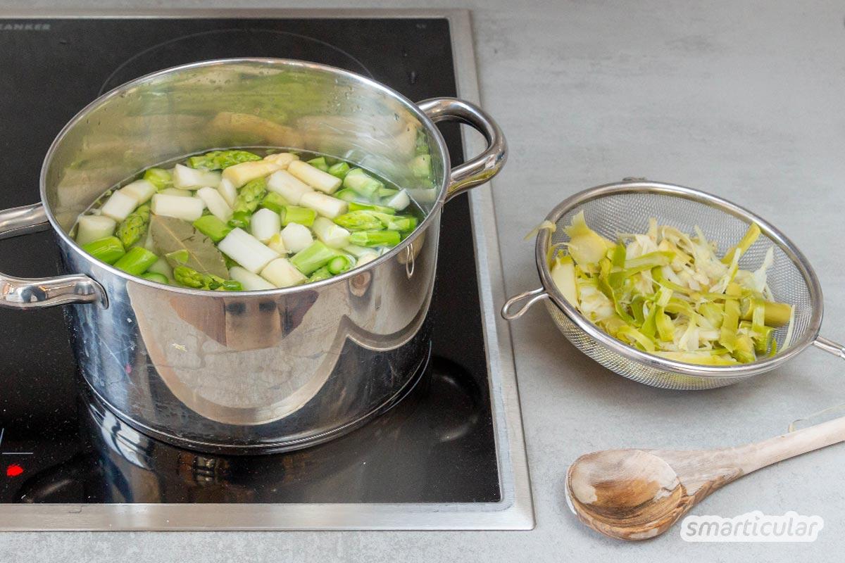 In einer klaren Spargelsuppe kommen die feinen Spargelaromen am besten zur Geltung. Das Stangengemüse lässt sich in dieser leichten Mahlzeit zudem restlos verwerten.