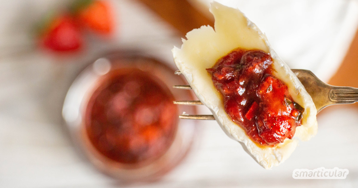 Mit einem Erdbeerchutney lassen sich die Sommerfrüchte auch mal herzhaft zubereiten. Die süßsaure Würzsoße passt perfekt zu Käse und Gegrilltem.