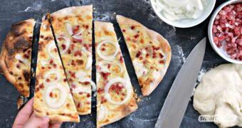 Flammkuchen lässt sich blitzschnell zubereiten. Dieses einfache Rezept für Flammkuchenteig kann klassisch belegt und vielfältig variiert werden.