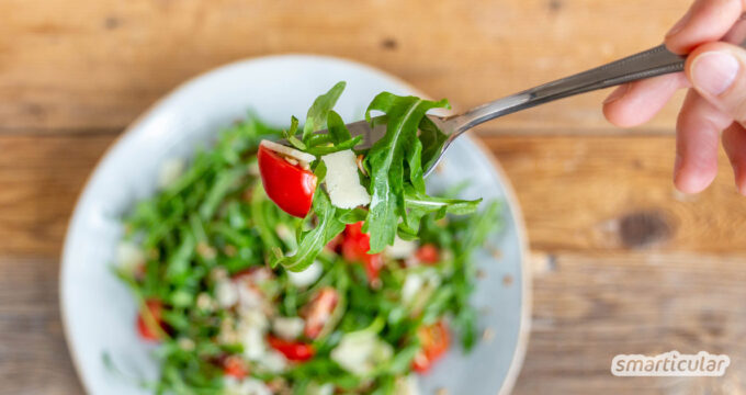 Für einen aromatischen Rucolasalat braucht es nur eine Handvoll Zutaten und ein einfaches Dressing - schnell gemacht und einfach köstlich.