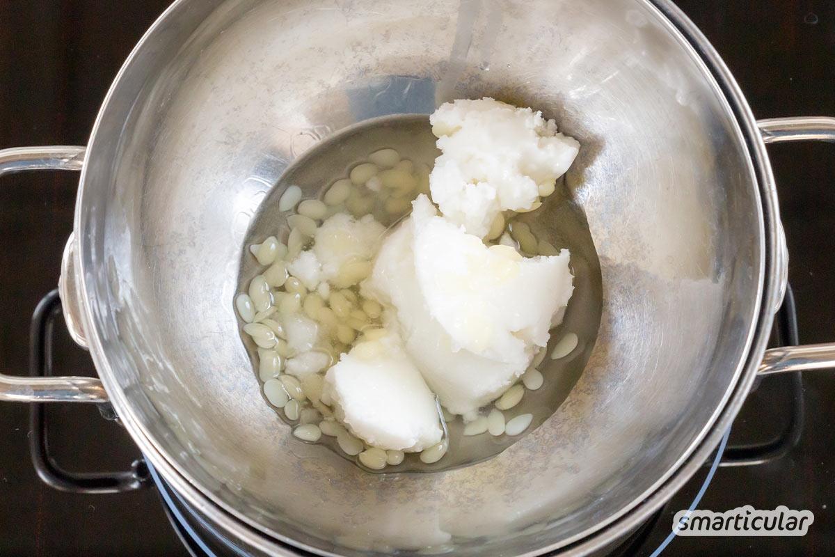 Eine Belly Butter ist eine reichhaltige Körperbutter, die als Creme gegen Dehnungsstreifen genutzt wird. Sie lässt sich aus wenigen Zutaten leicht selber machen.
