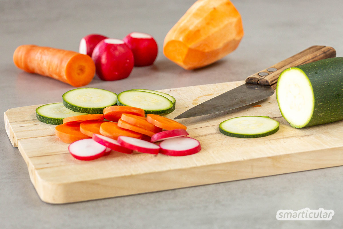 Gemüsechips lassen sich leicht selber machen. Mit wenig Aufwand erhältst du eine gesunde Knabberei aus saisonalem Gemüse, ganz nach deinem Geschmack gewürzt.