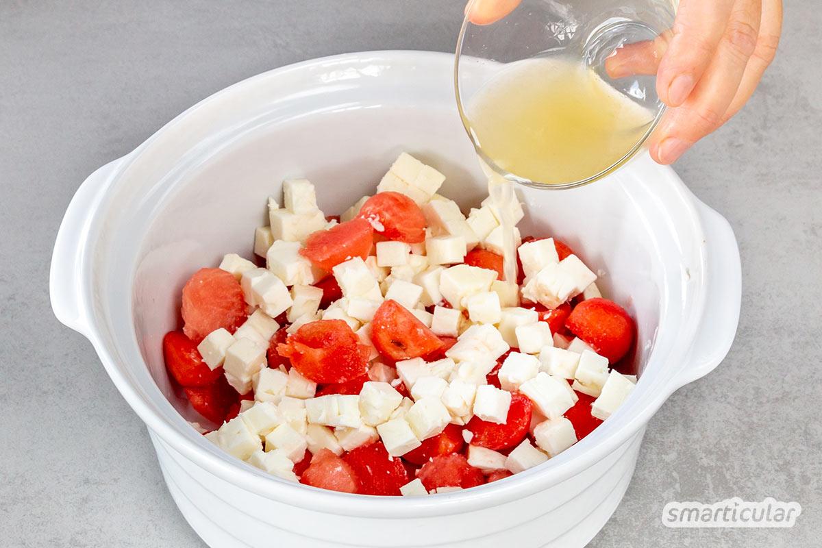 Ein erfrischender Melonen-Feta-Salat ist in ein paar Minuten zubereitet und kommt mit wenigen Zutaten aus - das ideale Sommer-Rezept für Eilige und Minimalisten.
