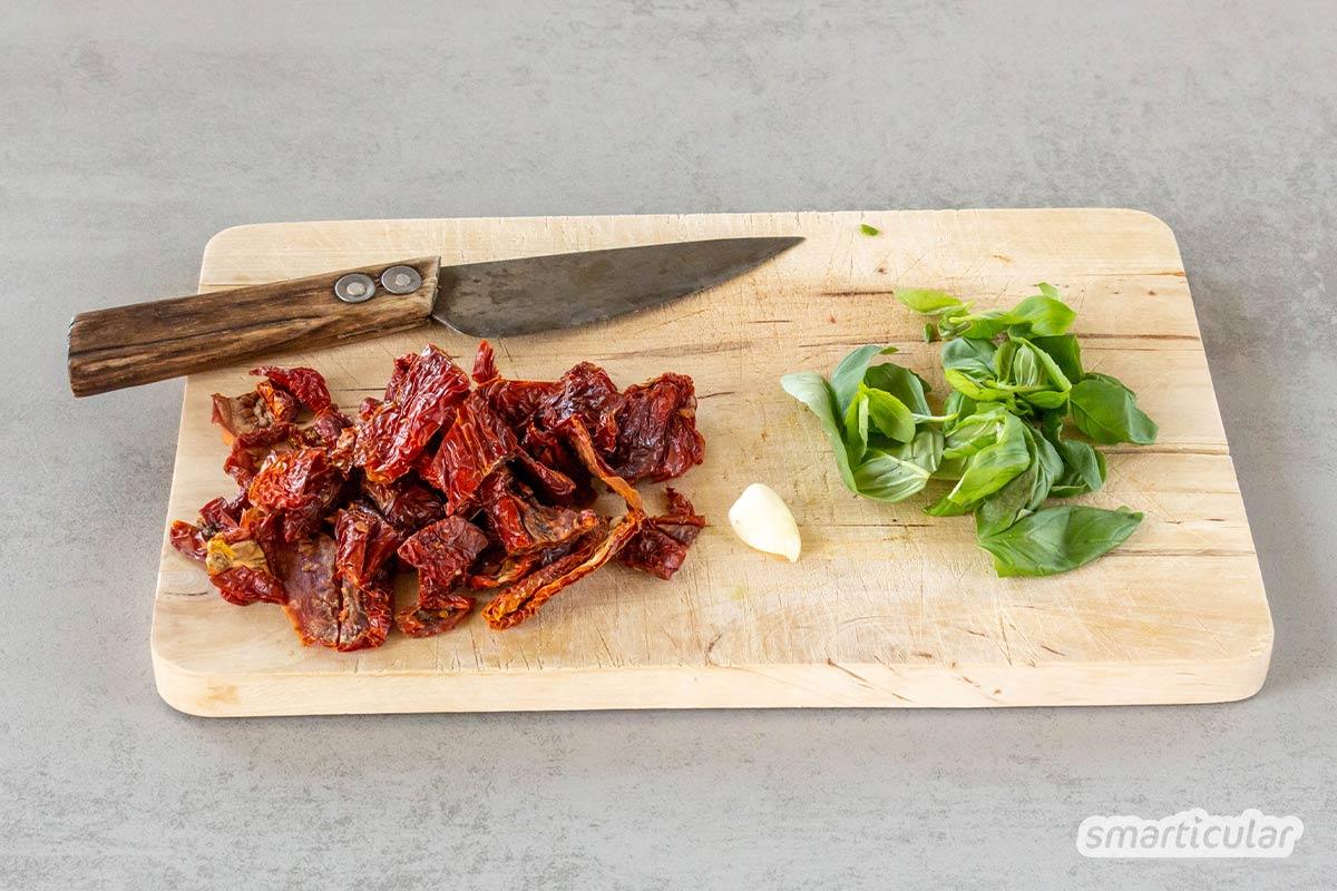Pesto Rosso lässt sich auch mit überwiegend regionalen Zutaten zubereiten. In diesem Rezept sorgen Sonnenblumenkerne statt Mandeln für Biss und ein kräftig-nussiges Aroma.