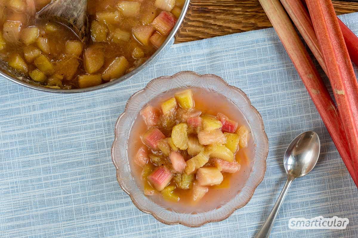 Rhabarberkompott lässt sich aus drei Zutaten ganz einfach selber machen und mit wenig Aufwand einkochen - für eine köstliche Rhabarber-Saison über den Juni hinaus.
