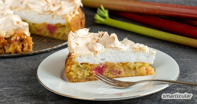 Rhabarberkuchen mit Baiser - ein Klassiker, um Rhabarber zu verarbeiten. Mit diesem Rezept gelingt der Kuchen ganz einfach und ist sogar vegan möglich.