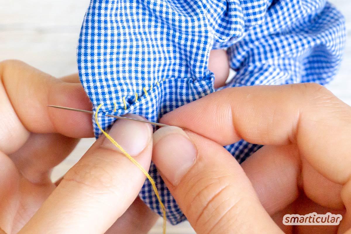 Mit nur wenigen Handgriffen lässt sich ganz leicht ein Scrunchie nähen, ein modischer Haargummi aus Stoffresten. Hier gibt's die anfängerfreundliche Nähanleitung!