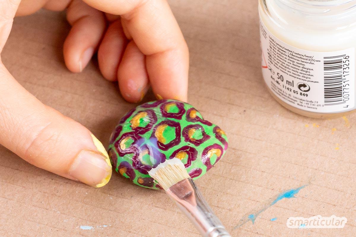 Kleine Kunstwerke, schöne Geschenke und lustige Spiele… All das ist möglich mit ein paar Steinen und den passenden Farben. So gelingt das Steine-Bemalen!