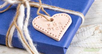Wiederverwendbare Geschenkanhänger selber zu machen, gelingt schon mit wenig Zubehör und Zeit. Für einen von Herzen kommenden Gruß an jedem Geschenk!