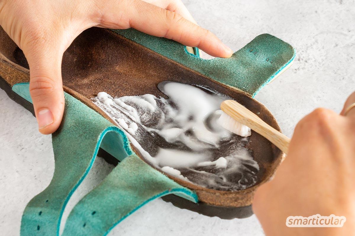 Alle, die gern Korksandalen tragen, kennen das Problem: Früher oder später sind Obermaterial und Fußbett schmuddelig. Sandalen von Birkenstock reinigen? So gelingt's!