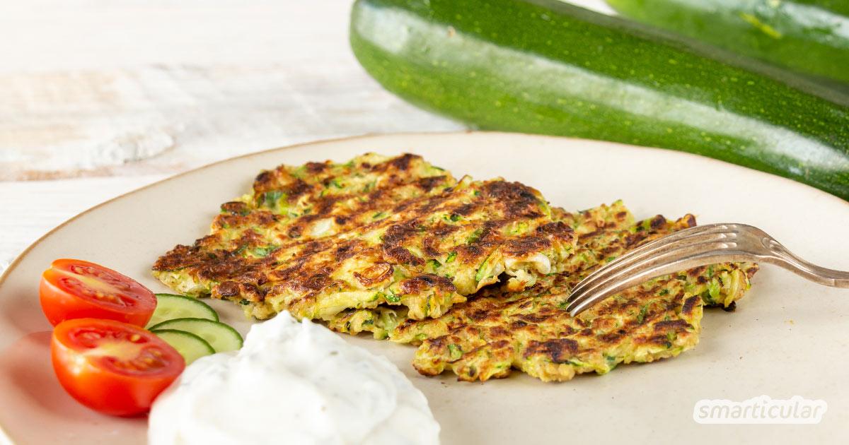 Zucchinipuffer mit Haferflocken sind eine sommerliche Alternative zu Kartoffelpuffern und sorgen für mehr Abwechslung in der Zucchinisaison.