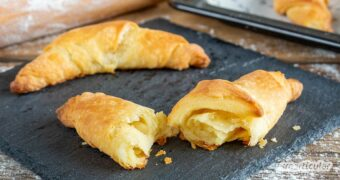 Für dieses Croissant-Rezept brauchst du nur fünf einfache Zutaten und ein paar Minuten Zeit. Nach einer Nacht im Kühlschrank kann gebacken werden.