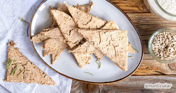 Glutenfreies Knäckebrot herzustellen, muss gar nicht kompliziert sein! Mit diesem Rezept für Rosmarin-Salz-Cracker mit Buchweizen gelingt es ganz leicht.