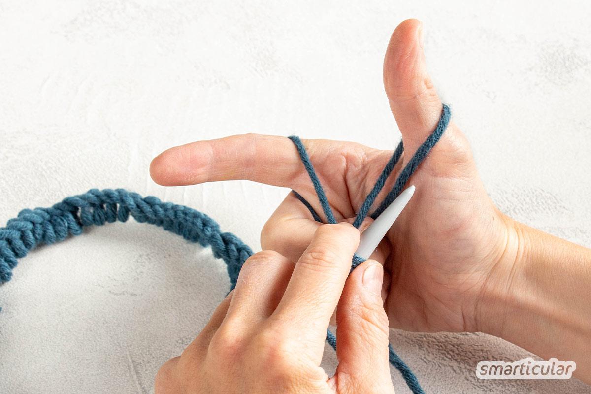Wer einen Loop stricken möchte, braucht dafür weder Wolle zu kaufen noch viel Erfahrung beim Stricken. Mit Wollresten und dieser Anleitung geht es kinderleicht!