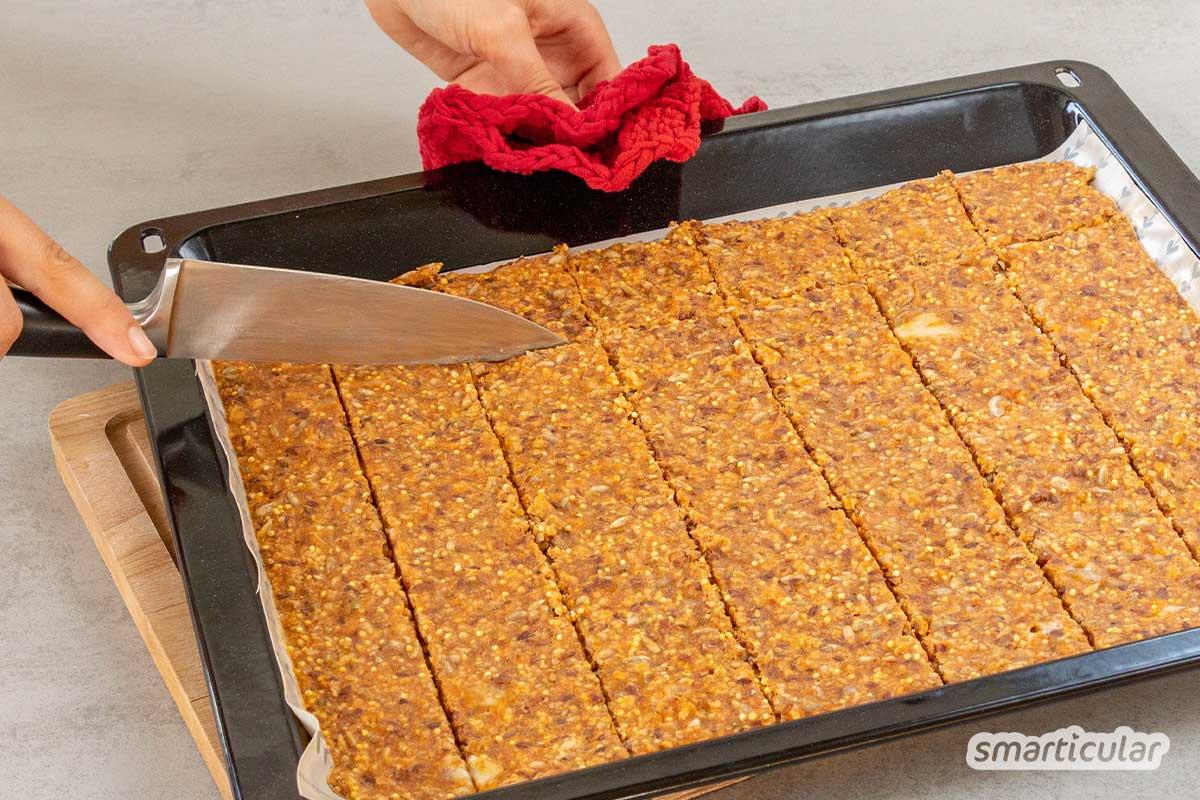 Wer Pizza-Cracker selber macht, erhält eine preisgünstige, gesündere und viel köstlichere Alternative zu Crackern aus dem Handel. Hier gibt's das Rezept!