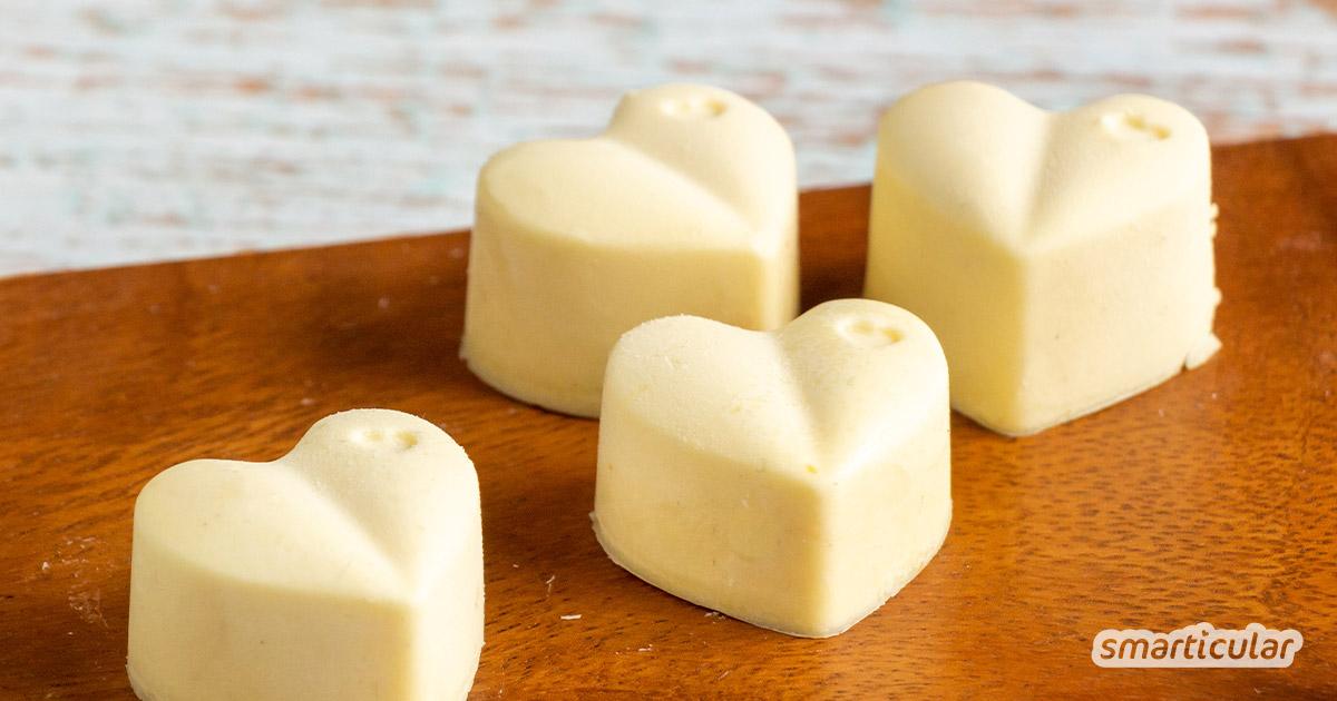 Weiße Schokolade selber machen: das ist ganz leicht. Sie enthält wenig Zucker und lässt sich nach Geschmack verfeinern. Ein Rezept aus drei Zutaten findest du hier.